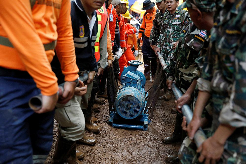 Yoğun yağış nedeniyle mağaranın girişinin suyla dolması arama çalışmalarını aksattı. Ancak ekipler, kayıp grubun mağara kompleksinde kuru bir alan bulup orada hayatlarını idame ettirmiş olmasını umuyor. Ekipler drenaj pompalarıyla mağaradaki suyu tahliye etmeye çalışsa da Tayland'da yağmur mevsiminde yağışların aralıksız devam etmesi nedeniyle su seviyesini düşüremedi. Tayland'da yağmur mevsiminin 2 ay daha sürecek olması, su seviyesinin düşeceğine yönelik beklentileri düşürüyor.