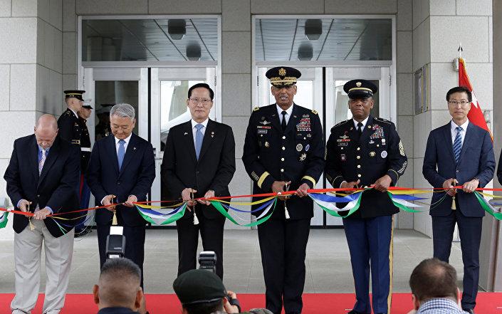 Güney Kore Savunma Bakanı Song Young-moo ve ABD-Kore Güçlerinin Komutanı General Vincent Brooks yeni karargahın açılış töreninde