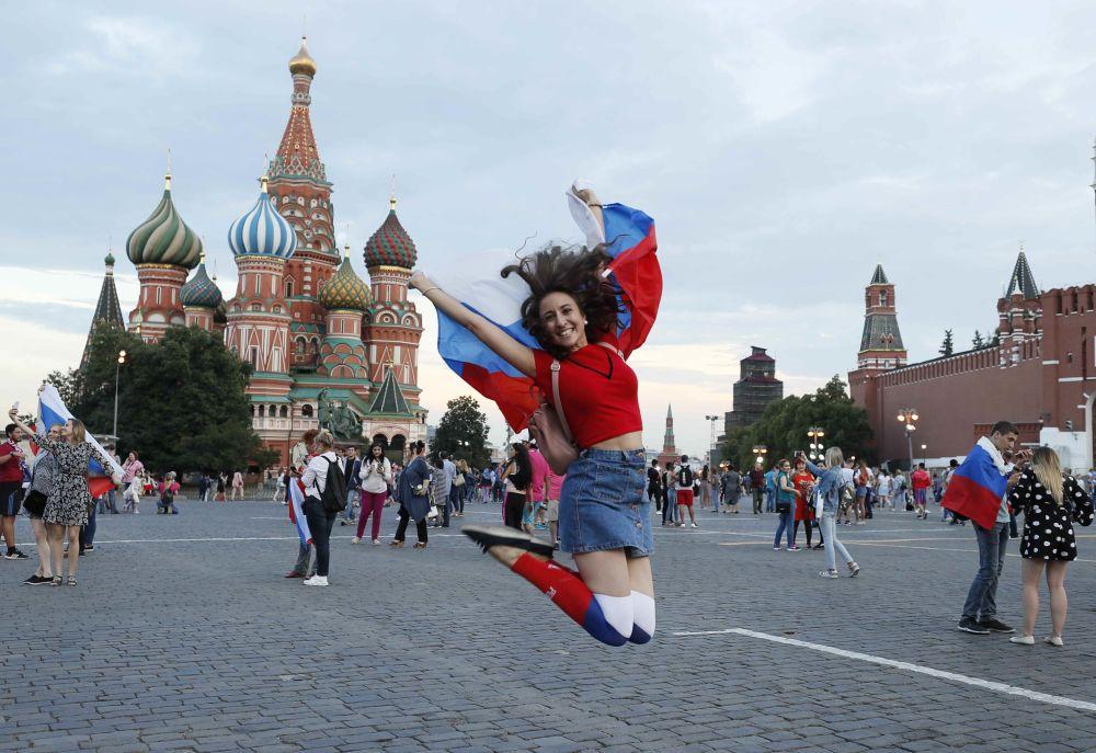 Milli takımın tarihi başarısını coşkuyla kutlayan Rusyadan renkli kareler 43