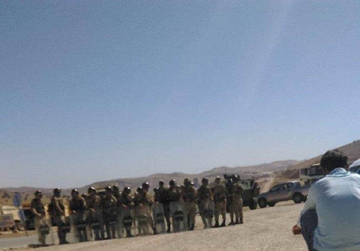 Askerler, köyün giriş ve çıkışlarını tuttu.