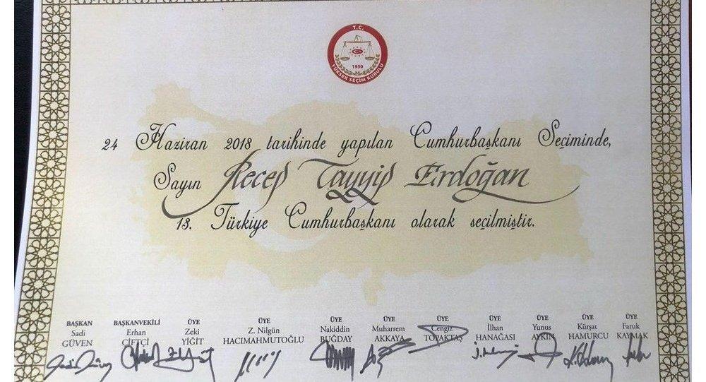 YSK Başkanı Sadi Güven ve YSK üyelerinin imzaladığı, Erdoğan'ın Cumhurbaşkanı seçildiğine dair belge.