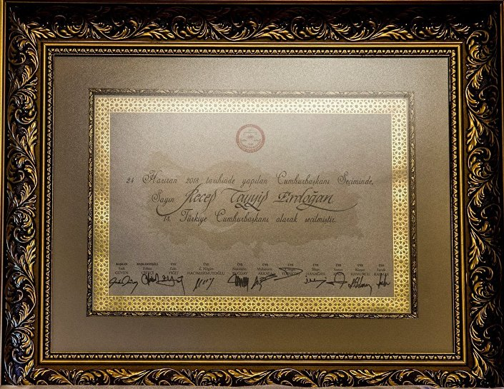 Yüksek Seçim Kurulu (YSK) Başkanı Sadi Güven'in, TBMM Başkanı İsmail Kahraman'a takdim ettiği  Recep Tayyip Erdoğan mazbatası.
