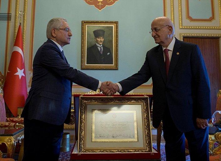 Yüksek Seçim Kurulu (YSK) Başkanı Sadi Güven (solda), 24 Haziran'da Cumhurbaşkanı seçilen Recep Tayyip Erdoğan'ın mazbatasını TBMM Başkanı İsmail Kahraman'a (sağda) takdim etti.
