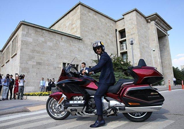 AK Parti Sakarya Milletvekili Kenan Sofuoğlu, 27. Dönem 1. Yasama Yılı'nın açılışı dolayısıyla milletvekillerinin Meclisteki andiçme törenine motosikletle geldi