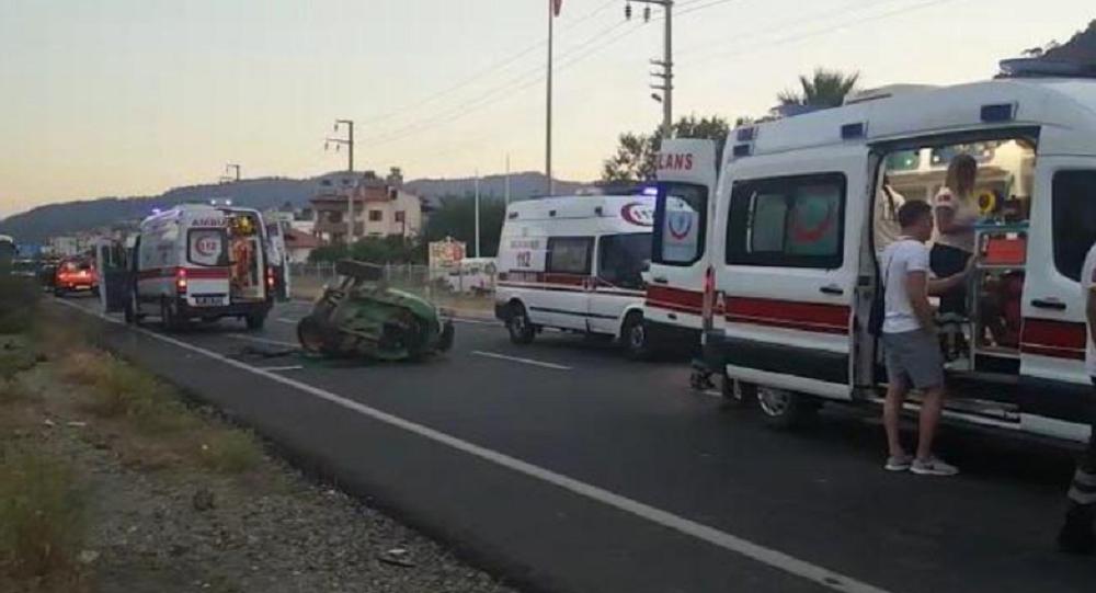 Tur minibüsü traktöre çarptı: 6'sı turist 8 yaralı