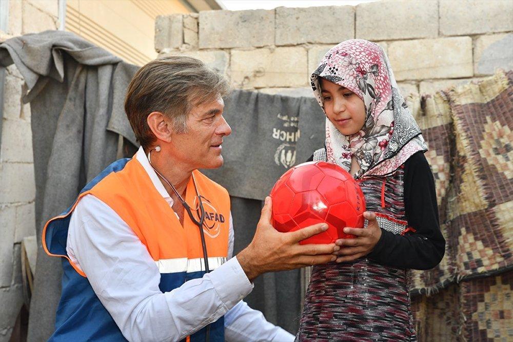 Ziyaret sırasında aile fertlerinden Zeynep'in (12) kalbinde delik olduğunu öğrenen Öz, çocuğu muayene etti.