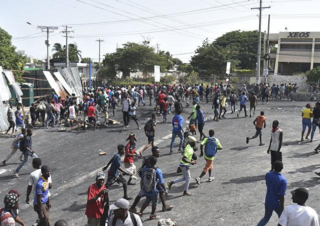 Başkent Port-au-prince'te birçok dükkan haftasonu boyunca yağmalandı, araçlar kundaklandı. Çıkan olaylarda ölü sayısı 4'e yükselirken, başkentteki bazı yollar ve kavşaklarda genç Haitililerin yoldan geçen araçlar ve yayalardan para topladıkları görüldü.