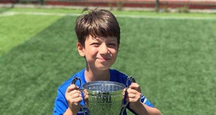 Yakınları 9 yaşındaki Arda'nın hayalinin Barcelona'da oynamak istediğini söyledi.