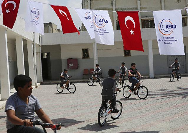 Türkiye'nin Kerem Şalom Sınır Kapısı'ndan soktuğu yardımlar arasında yer alan bisikletler öksüz çocuklara ulaştırıldı.