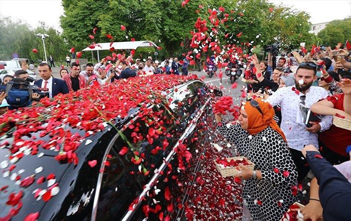 Erdoğan, Meclis'te çiçeklerle karşılandı.