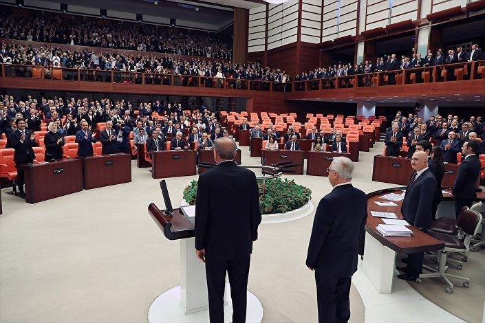 Erdoğan'ın salona gelişinde CHP, İYİ Parti ve HDP'li vekiller ayağa kalkmadı.