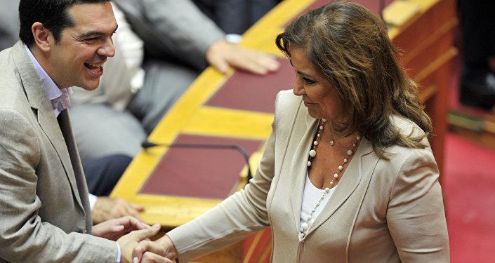 Aleksis Çipras ile Dora Bakoyanni 2012'de Yunan parlamentosunda el sıkışırken