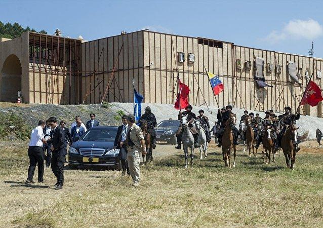 Arabasını yol boyunca kendisi kullanan Maduro, dizideki Alp karakterleri tarafından at üstünde karşılandı.