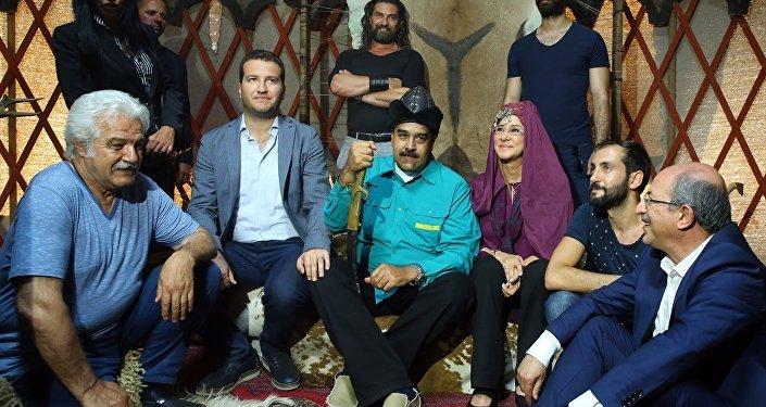 Maduro ve beraberindekiler daha sonra Ertuğrul Bey'in çadırına geçti. Maduro burada kafasına börk takarak, ekiple bir süre sohbet etti.