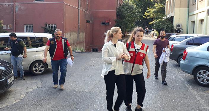 Adnan Oktar ve destekçilerine yönelik operasyonda gözaltına alınanlar sağlık kontrolünden geçirilerek emniyet müdürlüğüne götürüldü.