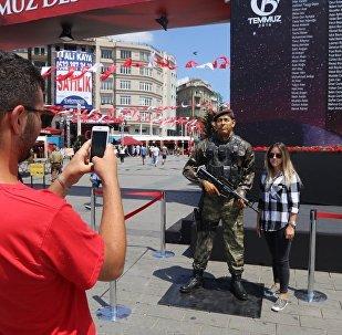 15 Temmuz 2016'daki darbe girişiminde hayatını kaybeden Astsubay Ömer Halisdemir'in heykeli