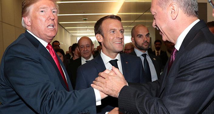 NATO zirvesinde Trump-Erdoğan el sıkışırken, Macron