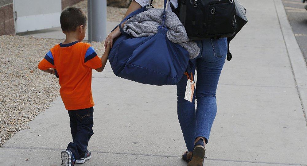 ABD'de yeniden ailesiyle birleşen bir göçmen çocuk