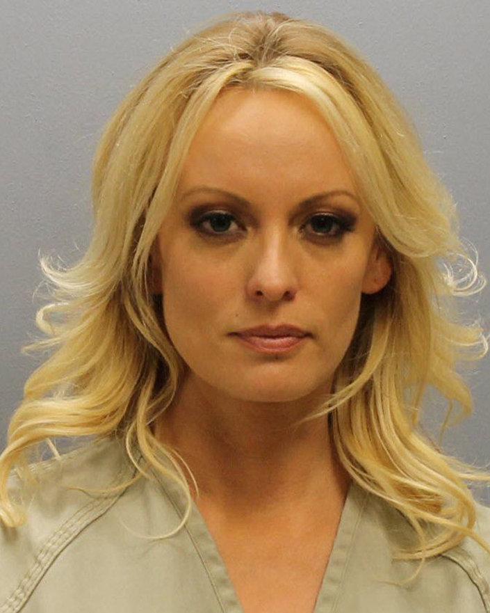 Stormy Daniels'ın gözaltında çekilen fotoğrafı