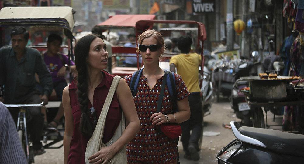 Hindistan Başkenti, Yeni Delhi'de gezen iki turist
