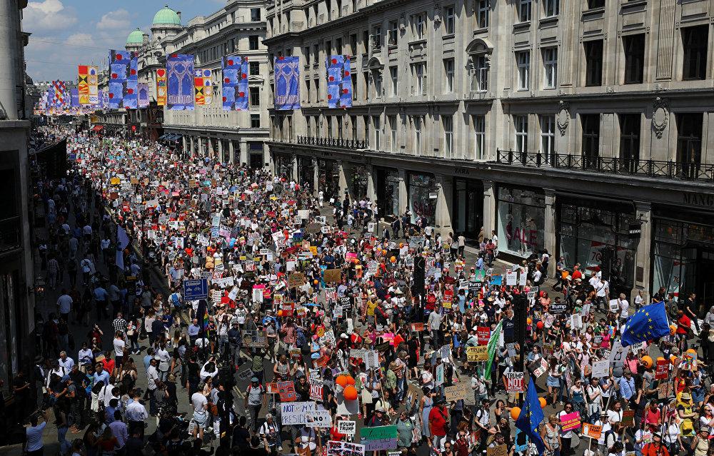 Trump'ın İngltere ziyareti Londra'da çoğunluğunu kadınların oluşturduğu on binlerce kişi tarafından protesto ediliyor. Bir festival havasında geçen prostesto gösterisine katılanlar ABD Başkanı'nı ırkçılık, kadın düşmanlığı ve işkenceyle suçlayan pankartlar taşıyor.  Portland Place'ten başlayıp Oxford Circus yönünde devam eden protestolara katılanlar yanlarında getirdikleri tencere, tava, düdük ve davullarla ses çıkartıyor