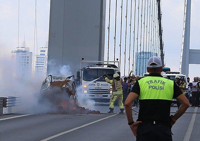 15 Temmuz Şehitler Köprüsü'nün Avrupa'dan Asya'ya geçiş kısmında sağ şeritten ilerleyen otomobilde çıkan yangın söndürüldü.
