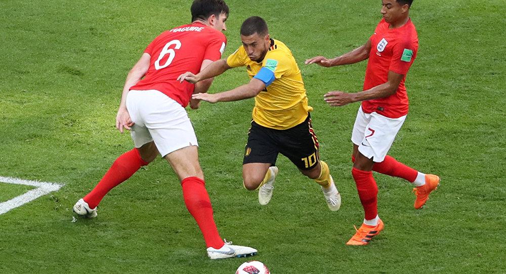 2018 Dünya Kupası'nda üçüncülük maçı: Belçika'nın 10 numarası Eden Hazard'a İngiltere'den Harry Maguire ve Jesse Lingard baskı yaparken