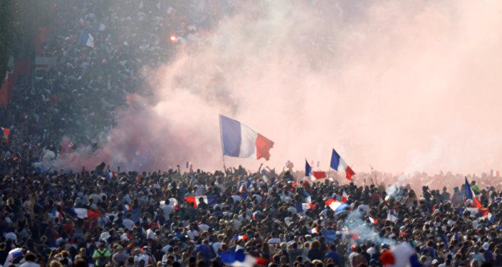 Fransız taraftarlar şampiyonluğu kutladı