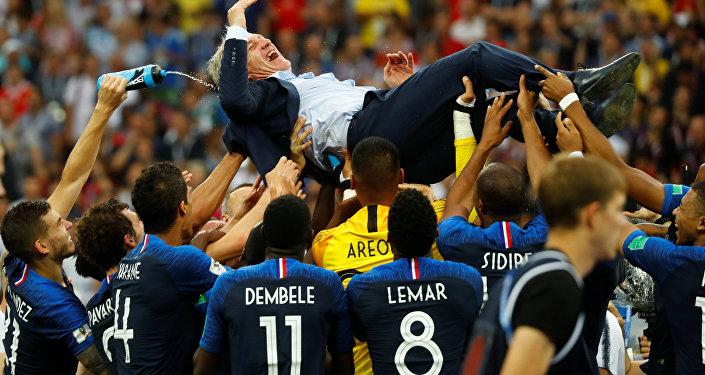 Fransız Milli Takımı'nın antrenörü Didier Deschamps ve takım oyuncuları şampiyonluğu kutladı.