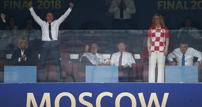 Fransa Cumhurbaşkanı Emmanuel Macron ve Hırvatistan Cumhurbaşkanı Kolinda Grabar-Kitarovic, bitiş düdüğü çaldığı an