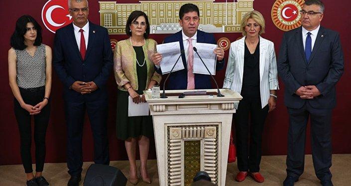 Tüzün, kurultay için toplanan imzaları gösterdi.