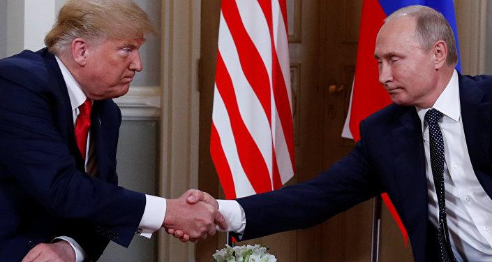 Putin de Trump'la bire bir görüşmesinin basına açık kısmında, İlişkilerimiz ve dünyadaki pek çok ulusu ilgilendiren zor meseleler hakkında konuşmamızın zamanı gelmişti diye konuştu. Putin, Trump'a hitaben, Sizinle Finlandiya'nın konuksever topraklarında buluştuğum için memnunumifadesini kullandı.