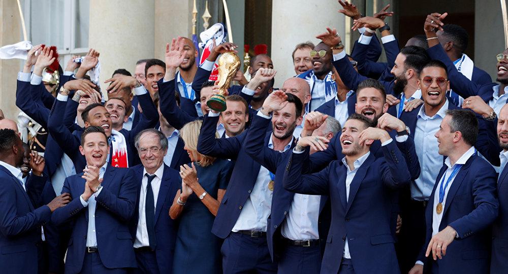 Dünya Kupası Elysee Sarayı'nda, Oueen'den 'We are the champions' çalıyor