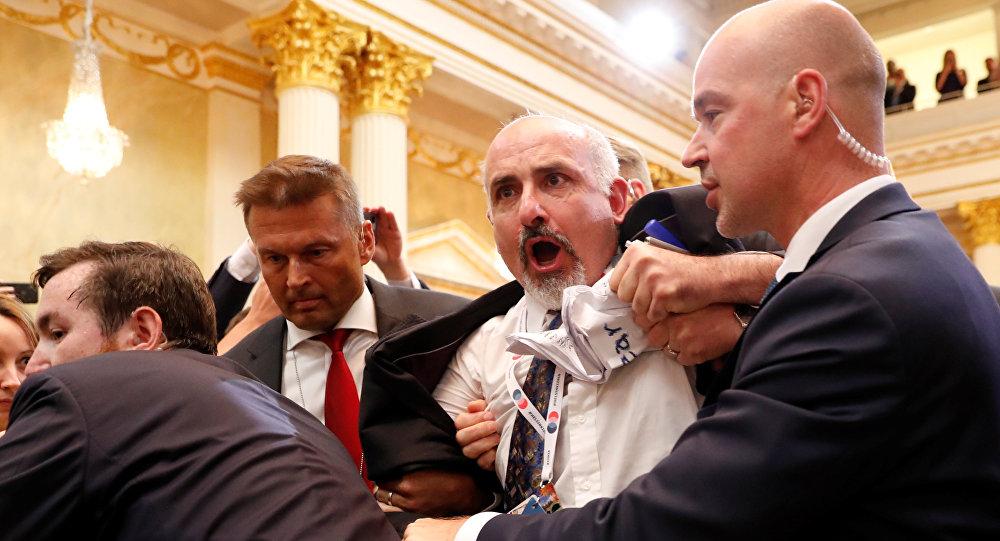 Putin-Trump ortak basın açıklamasının başlamasından önce salndan yaka paça dışarı atılan gazeteci Sam Hüseyni