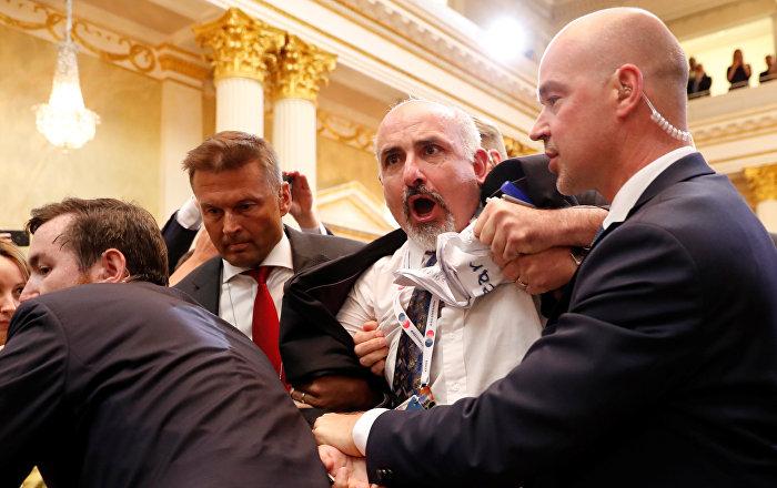 Trump- Putin zirvesini protesto eden ABD'li gazeteci yaka paça dışarı atıldı