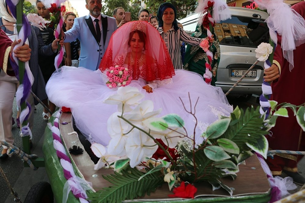 Düğünü için tekneyi karadan yürüttü