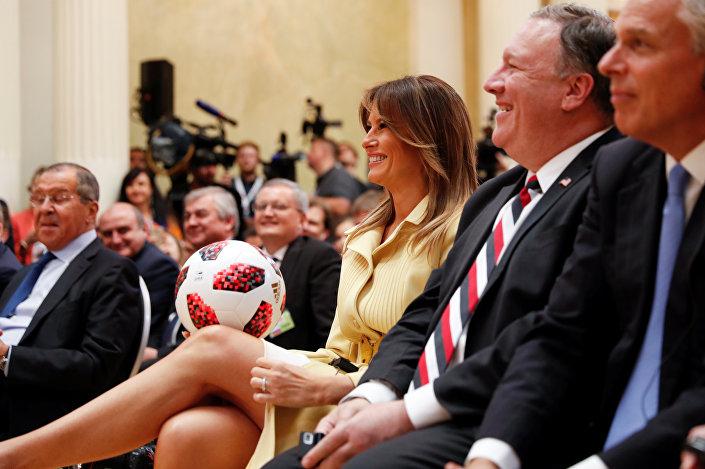 Trump, Putin tarafından kendisine edilen topu eşi Melania Trump'a fırlattı.