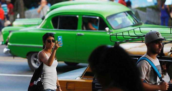 Küba'nın başkenti Havana'da cep telefonu kullanıcıları internet hizmetinden faydalanırken