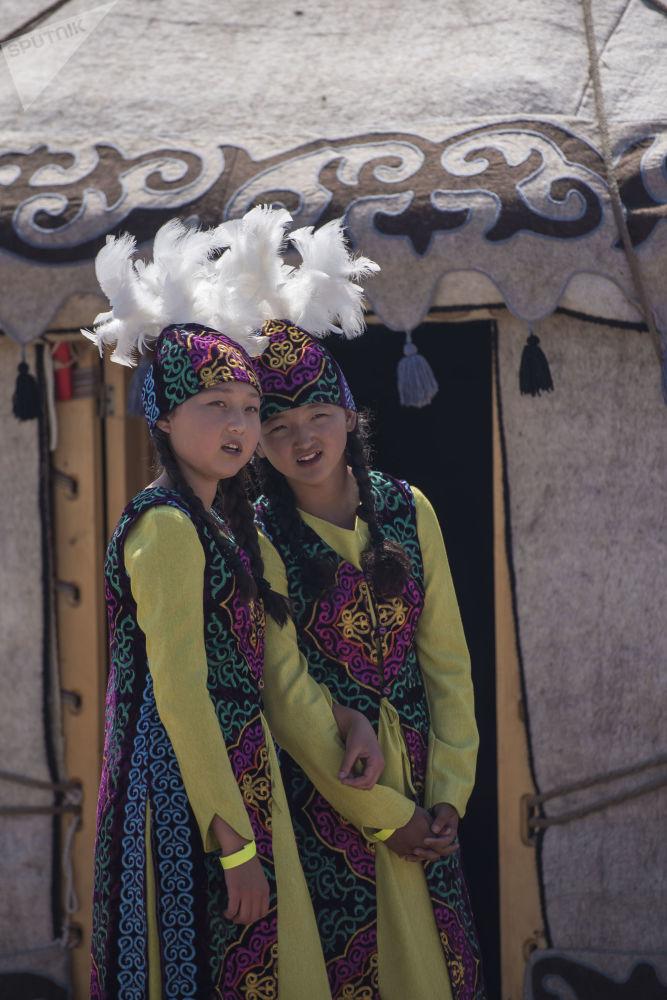 Kırgızistan'da Issık Göl kenarında etnik festival