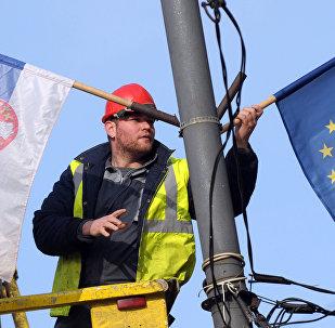 Sırbistan ve AB bayrakları