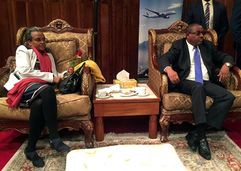 İlk uçuşun yolcuları arasında şubat ayında istifa eden eski Etiyopya Başbakanı Hailemariam Desalegn de vardı. Hailemariam  Birgün bunun gerçekleşeceğini biliyordum diye konuştu. Nisan ayında  Hailemariam'ın yerine geçen 42 yaşındaki yeni Başbakan Abiy Ahmed cezaevindeki muhalifleri serbest bırakmış ve 20 yıldır Eritre'yle donmuş olan ilişkilerin ardından bu ülkeyle barış yapma niyetini geçen ay duyurmuştu.