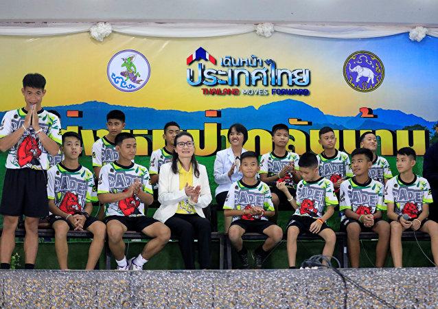 Tayland'daki mağaradan kurtarılan 12 çocuk ve antrenörleri ilk kez kameraların karşısında