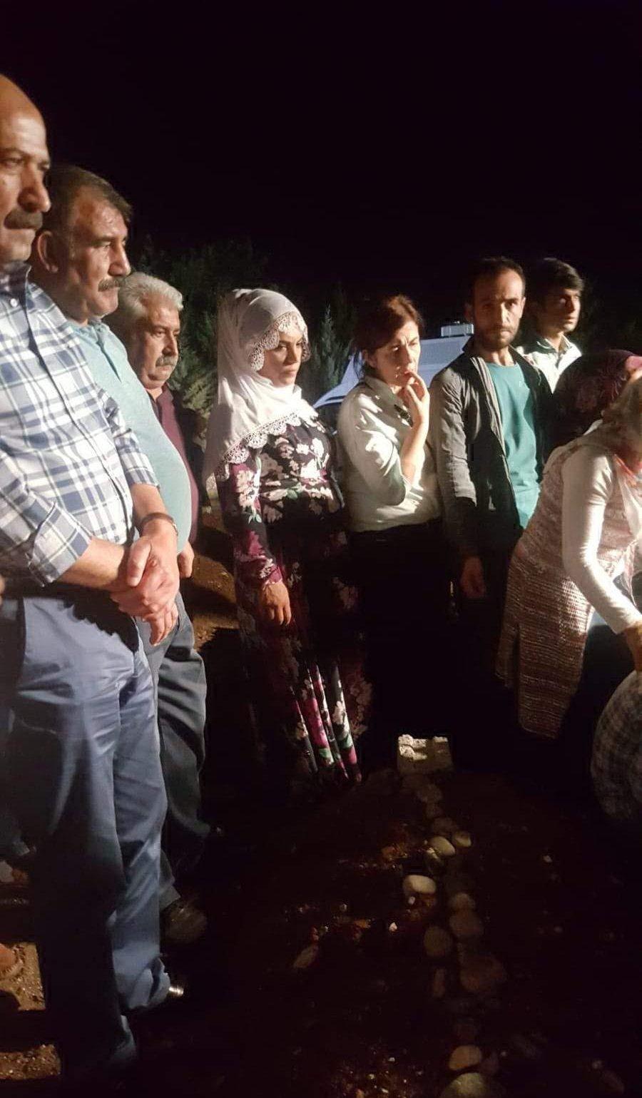 Demirören Haber Ajansı (DHA) HDP Diyarbakır milletvekilleri Musa Farisoğulları ve Remziye Tosun'un, PKK'lı Mehmet Yakışır'ın cenazesine katıldığı fotoğrafı paylaşmıştı.