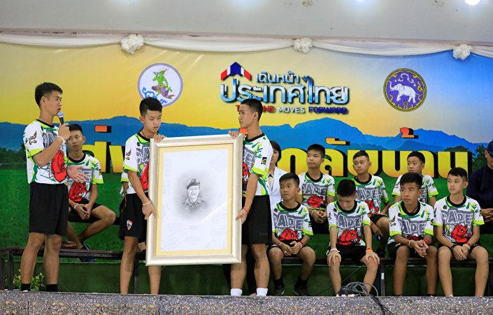 Çocuklar, kurtarma çalışmalarına katılan ve hayatını kaybeden dalgıç Saman Kunan'ı da unutmadı.