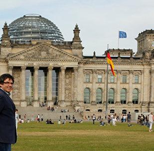Eski Katalonya Başkanı Carles Puigdemont Berlin'de Bundestag'ın önünde