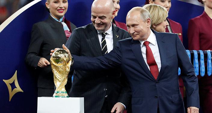 Rusya Devlet Başkanı Vladimir Putin ve FIFA Başkanı Gianni Infantino 2018 Dünya Kupası'nın altın kupasıyla