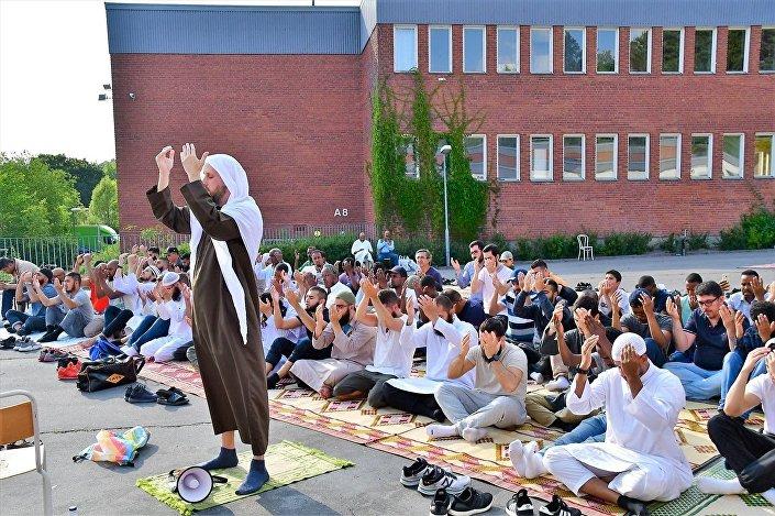 İsveç'te yaşayan Müslümanlar, uzun süredir devam eden kuraklık nedeniyle yağmur duasına çıktı.