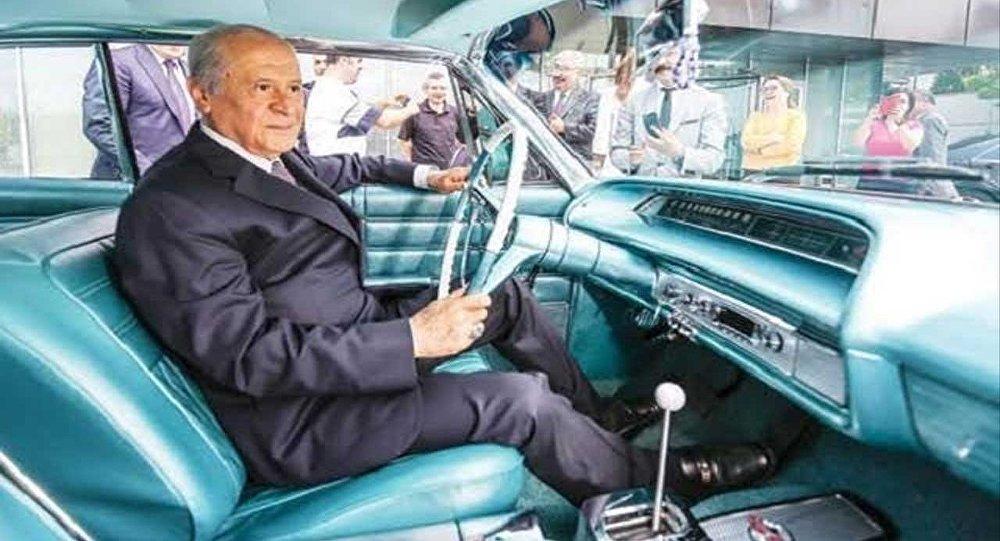 Bahçeli'den Başkent caddelerinde klasik arabasıyla nostaljik tur