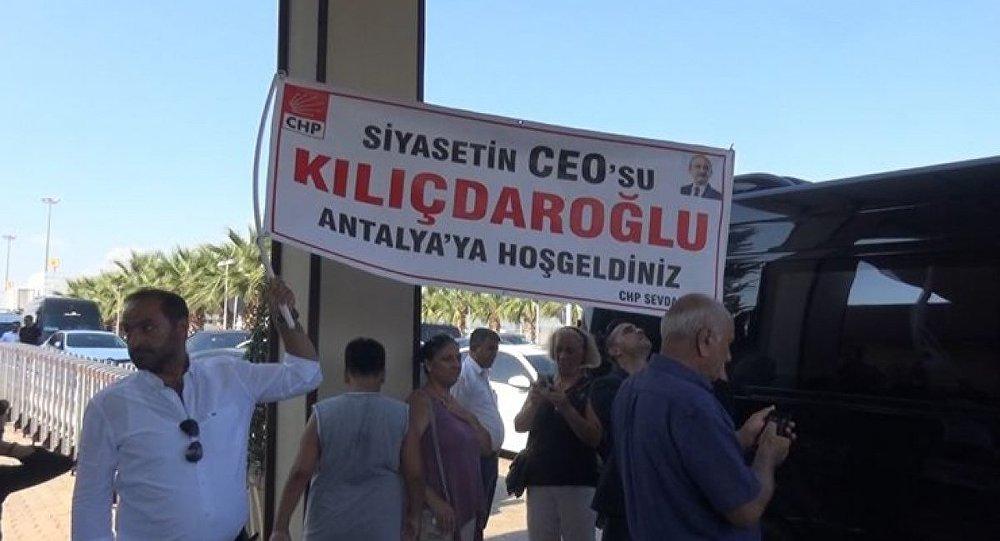 CHP lideri Kemal Kılıçdaroğlu, Antalya Havalimanı'nda partililer tarafından 'Siyasetin CEO'su Kılıçdaroğlu' pankartı ile karşılandı.