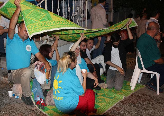 Meral Akşener'in evinin önünde nöbet tutan İyi Partililer